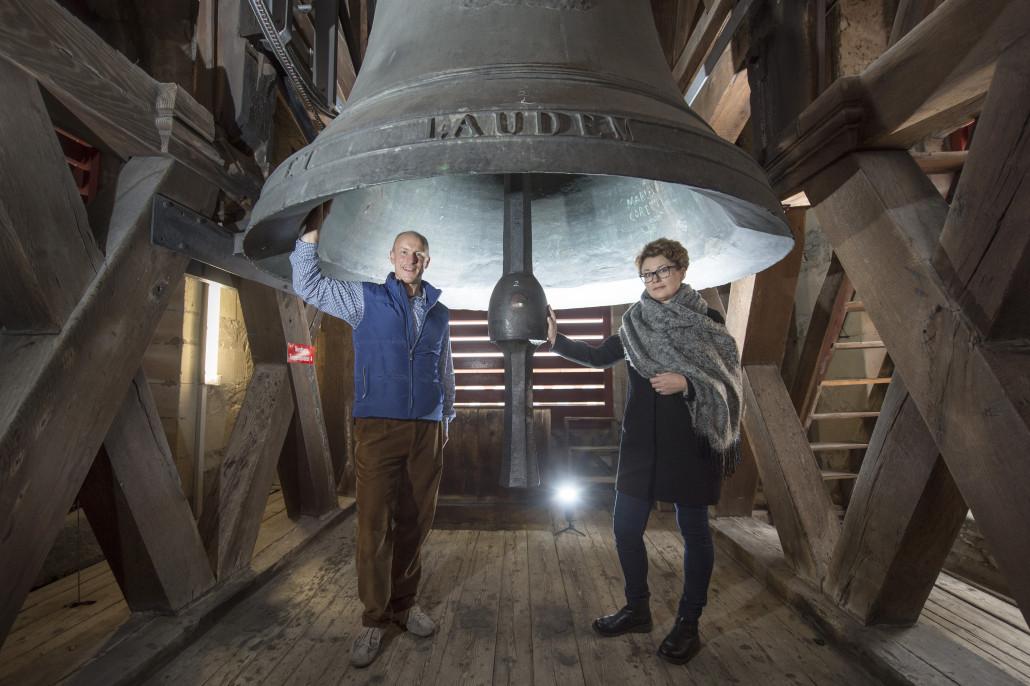 Kirchenglocken Projekt: Karl Schimke und Komponistin Natalija unter der Dom Glocke